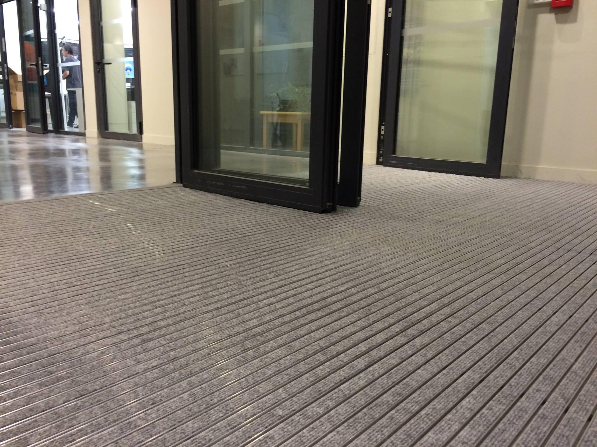 tapis d entr e encastrer caract ristiques avantages et crit res de choix tapis sur mesure. Black Bedroom Furniture Sets. Home Design Ideas